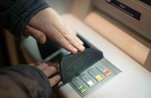 výběr z bankomatu, skrytý pin