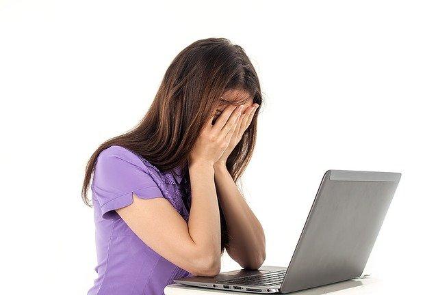 děvče a počítač