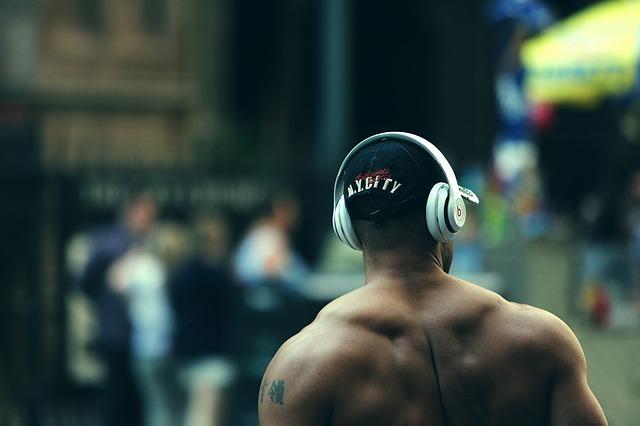 kulturista se sluchátky