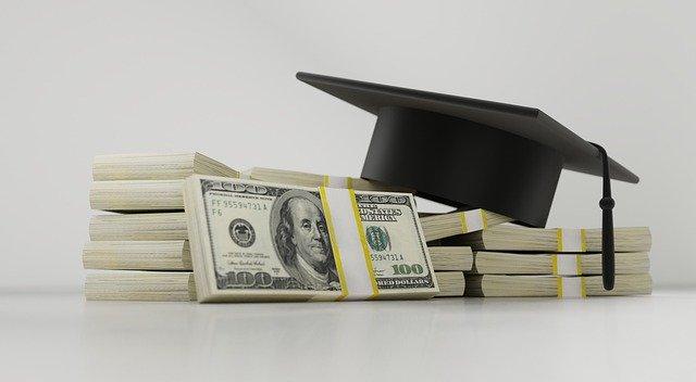 balíčky bankovek, absolventská čepice.jpg