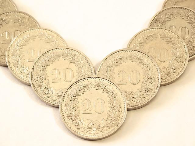 zlaté mince seřazené ve tvaru V