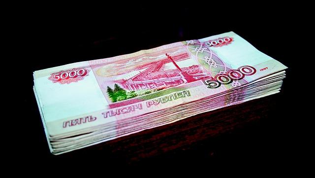 hromádka vysokých bankovek – rublů