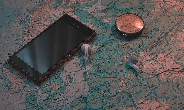 papírová mapa s mobilem