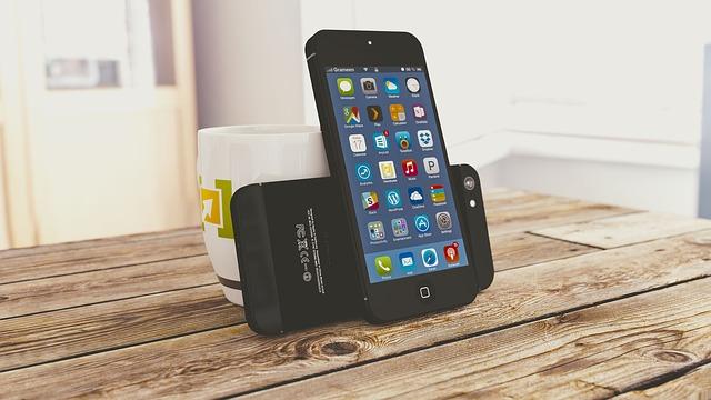 2 černé mobily na stole