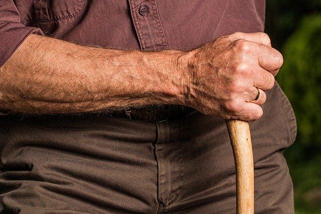 ruka seniora