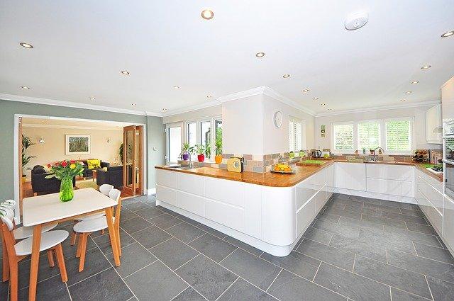 Světle a moderně zařízená kuchyně