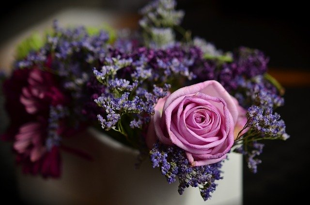 kytice růží a fialek